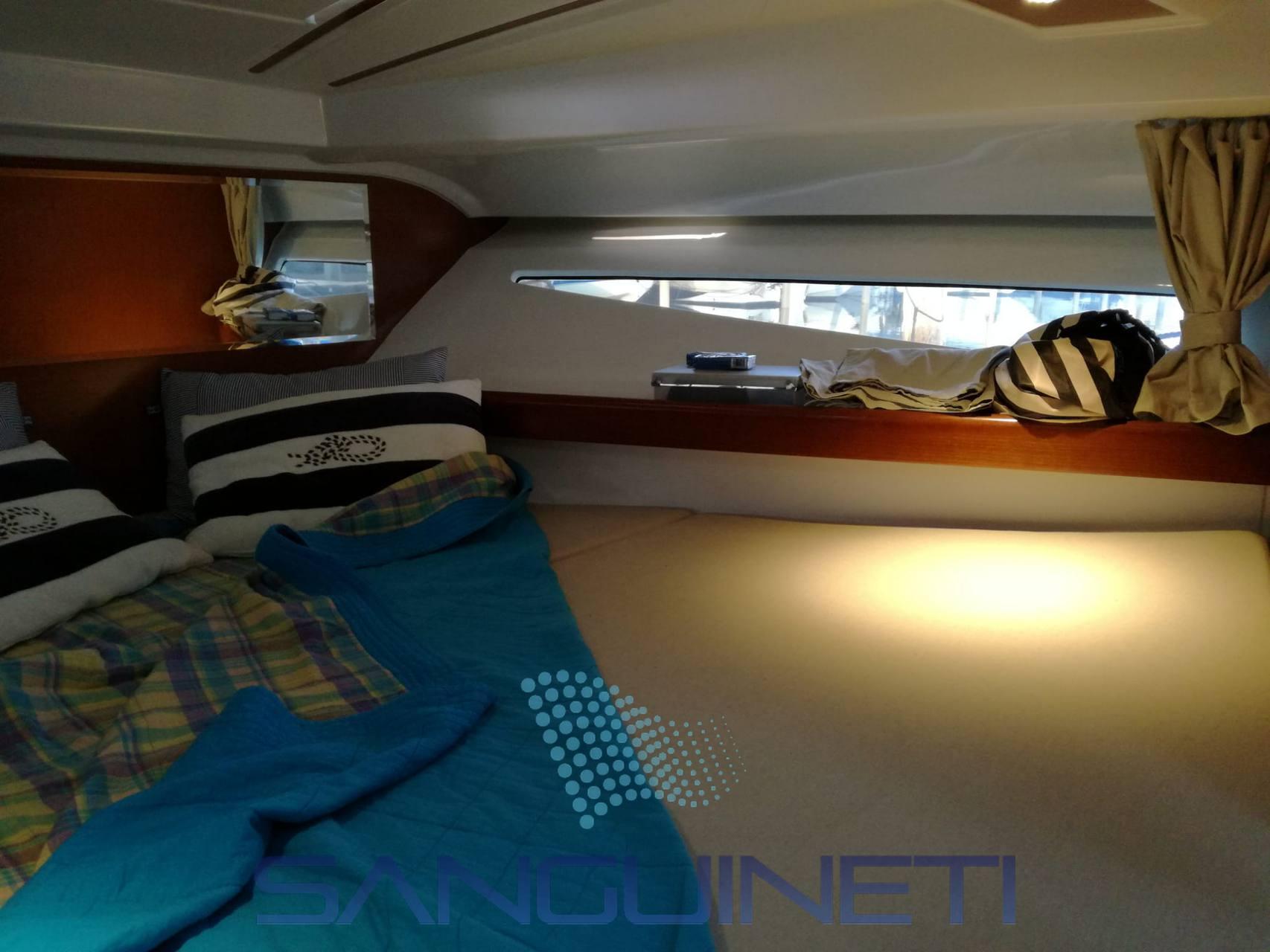 Beneteau Antares 880 motor boat