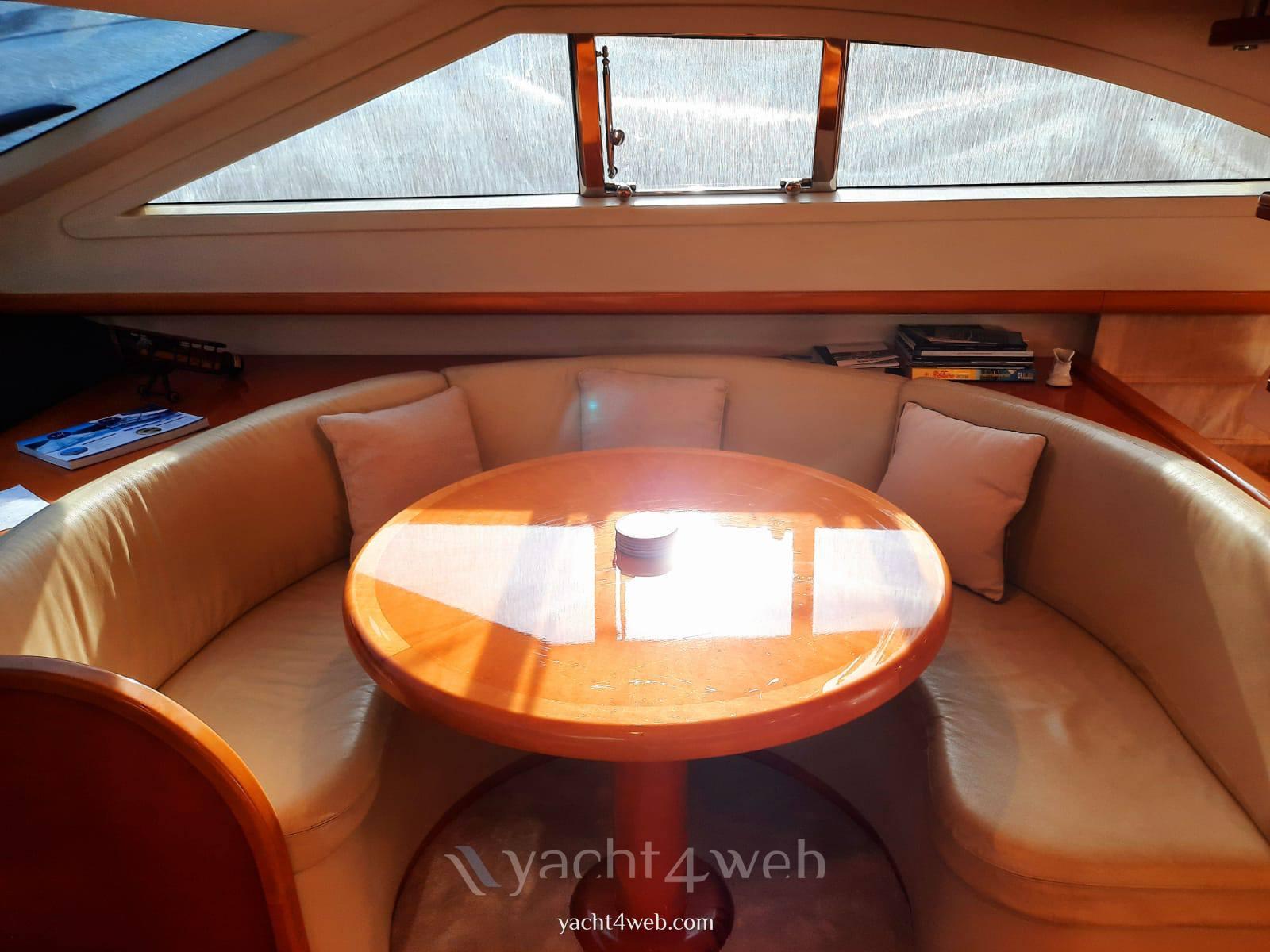 UNIESSE MARINE 55' fly Моторная лодка