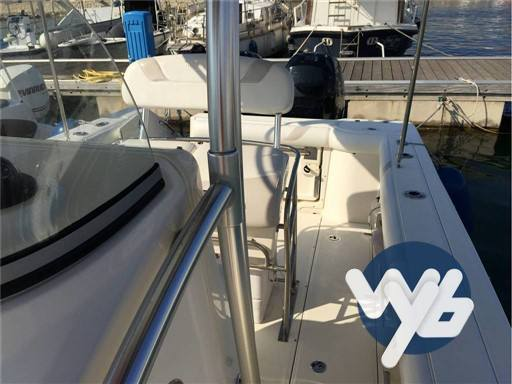 Boston Whaler Outrage 270 motor boat